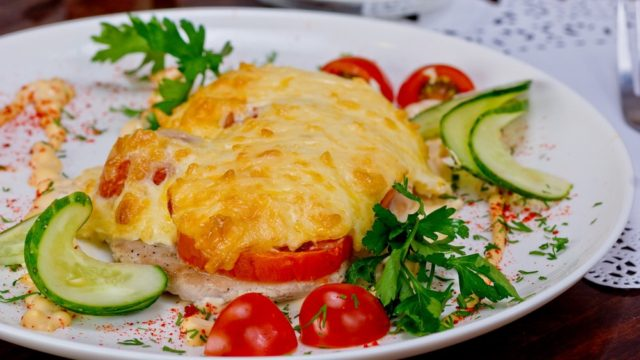 Свинина, запеченная с картофелем, помидорами и сыром