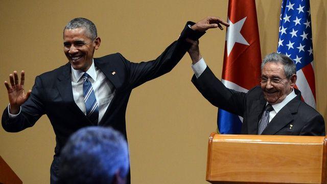 Кастро опозорил Обаму, оттолкнув и схватив его, как преступника