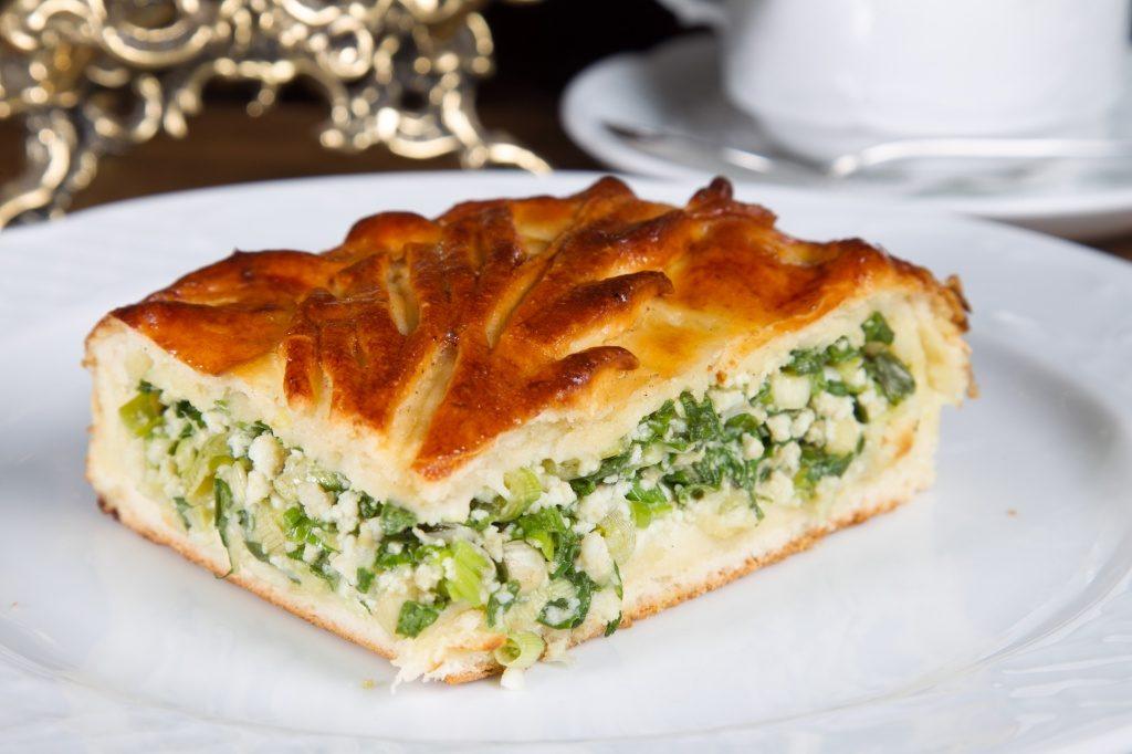 Быстрый заливной пирог с зеленым луком и яйцом ...