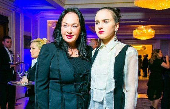 Стиль одежды дочери Ларисы Гузеевой вызвал нарекания у интернет-комментаторов.