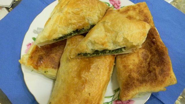 Как приготовить пирожки из слоеного теста с зеленым луком?