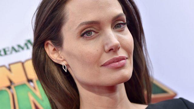 Анджелина Джоли забыла надеть нижнее белье на прогулке с детьми
